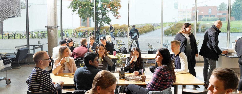 opiskelijoita kahvilassa