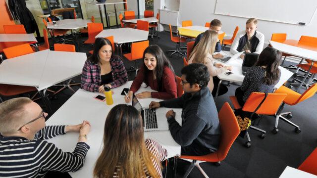 opiskelijoita yliopistolla